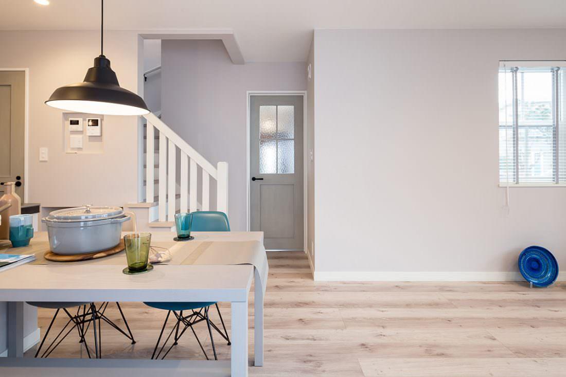 グレーの壁紙とブルーのインテリアでトータルコーディネートされた北欧の家 Smart インターデコハウス札幌
