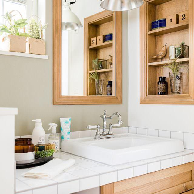 木のぬくもりと白いタイルが調和した清潔感ある洗面バニティ