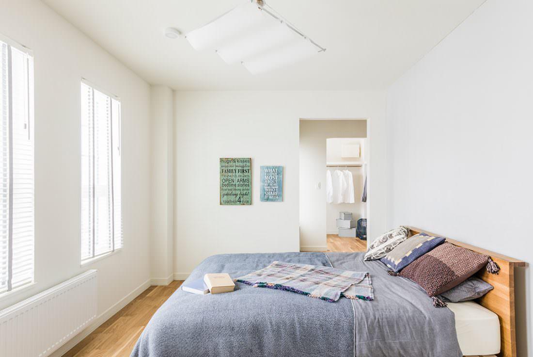 ブルーのベッドカバーが映える寝室