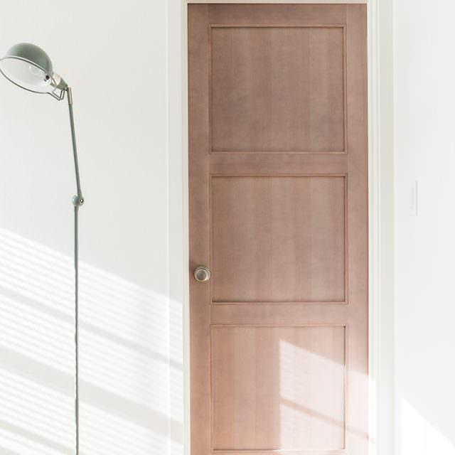 木の風合いを生かした木製ドア