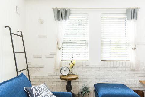 白ブリックをランダム貼りにして壁をアートに