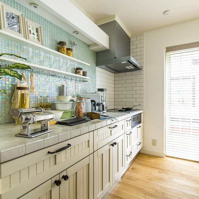 ガラスタイルと魅せる収納の小ワザがポイントのキッチン