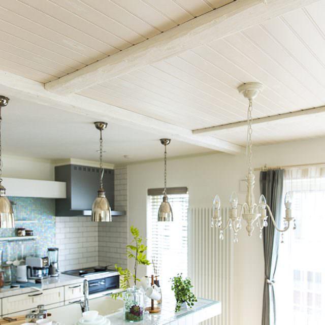 天井のパネリングに映える照明