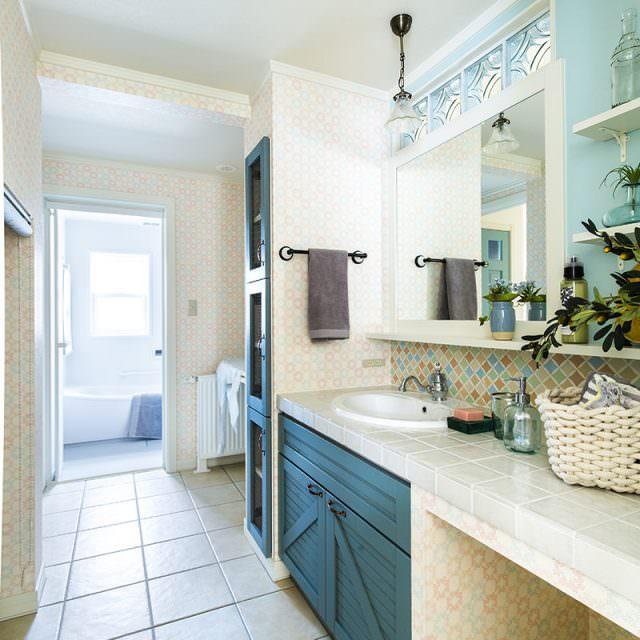 白いタイルや陶器のボウルが清潔感ある洗面所