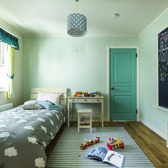 グリーンのドアがかわいい子供部屋