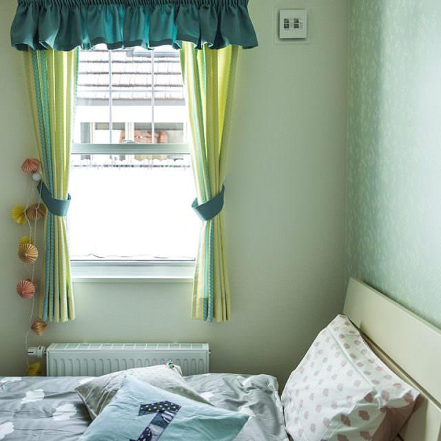 フリルとタッセルのグリーンがかわいいカーテン