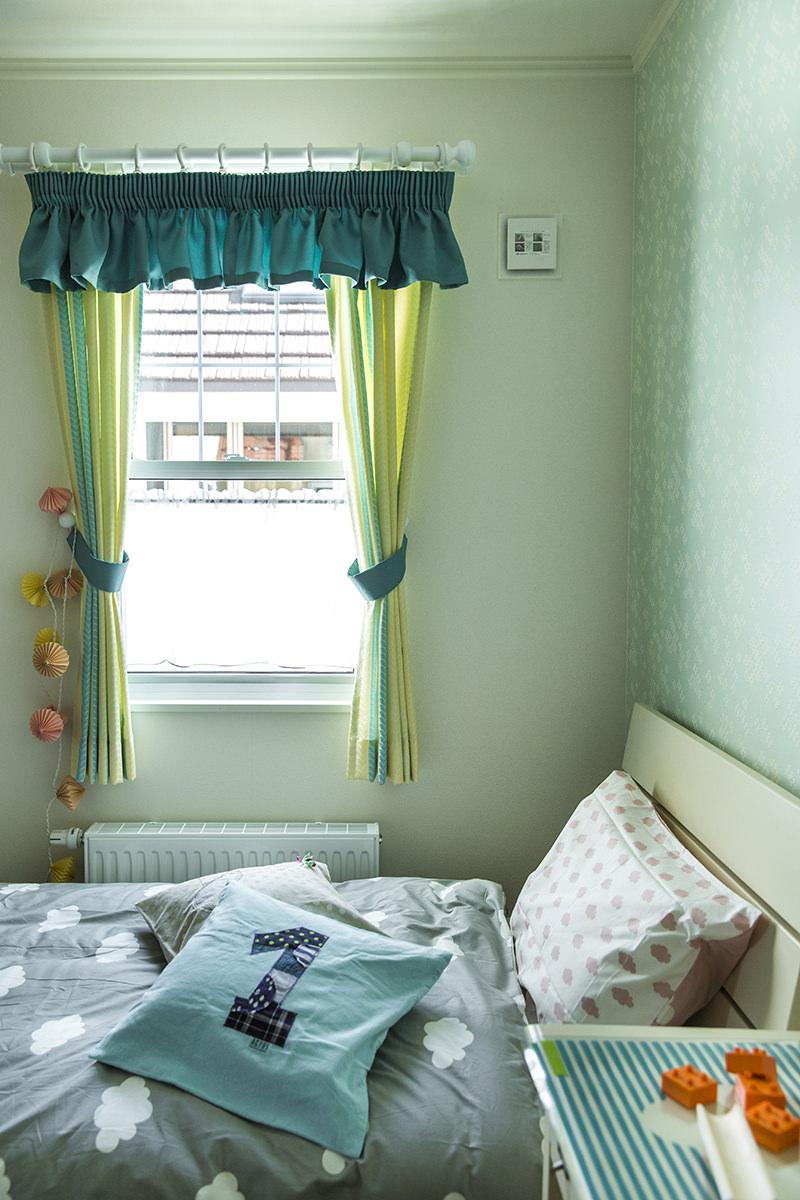 フリル付のグリーンのカーテン