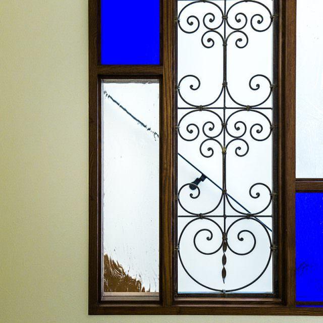 ブルーのガラスとアイアンが調和したステンドグラス
