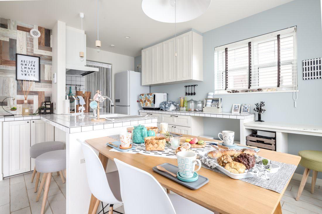 注文住宅事例 白いタイルキッチン