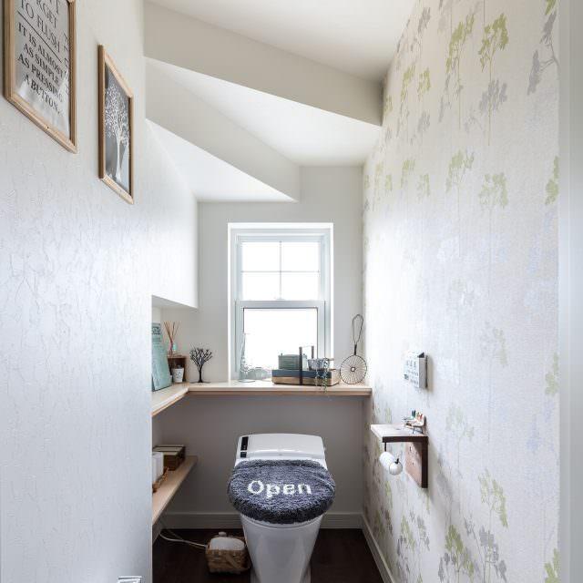 階段下を上手に利用したさわやかなトイレ