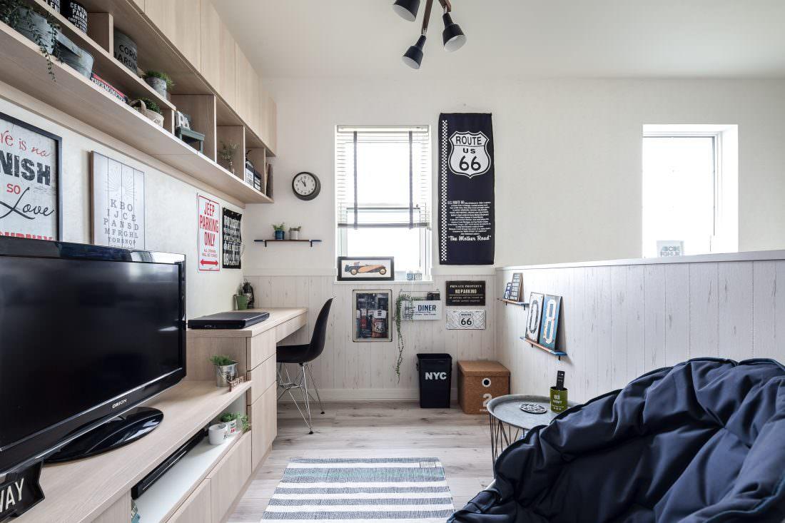 注文住宅事例 造り付けの本棚がある書斎風の2階フリースペース