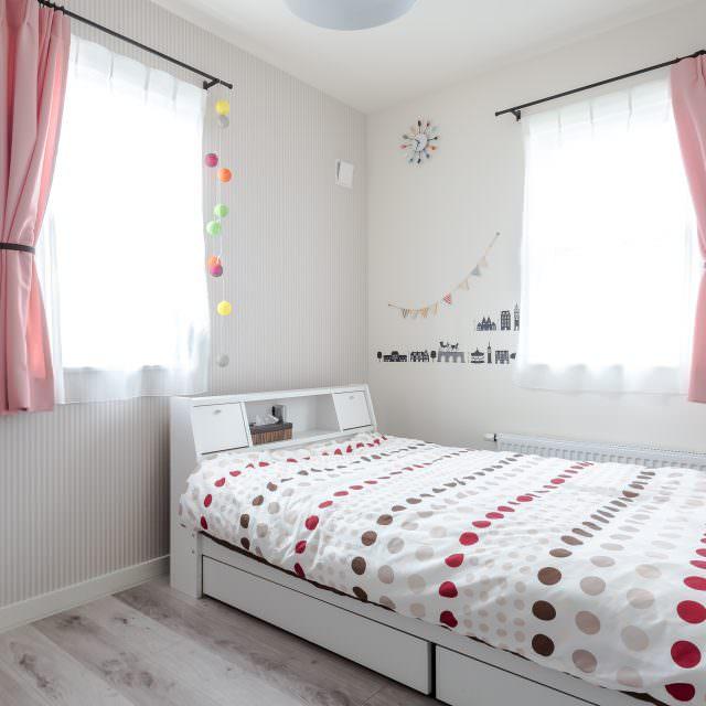 ピンクのカーテンがかわいい子供部屋