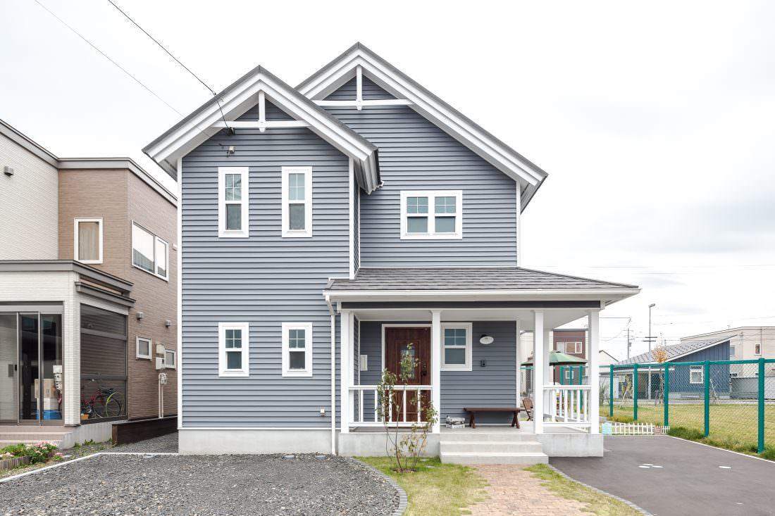 注文住宅事例 三角屋根とブルーグレーの外壁がかっこいい北米デザイン