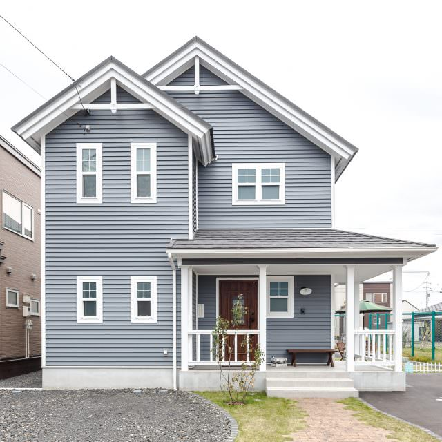 三角屋根とブルーグレーの外壁がかっこいい北米デザイン