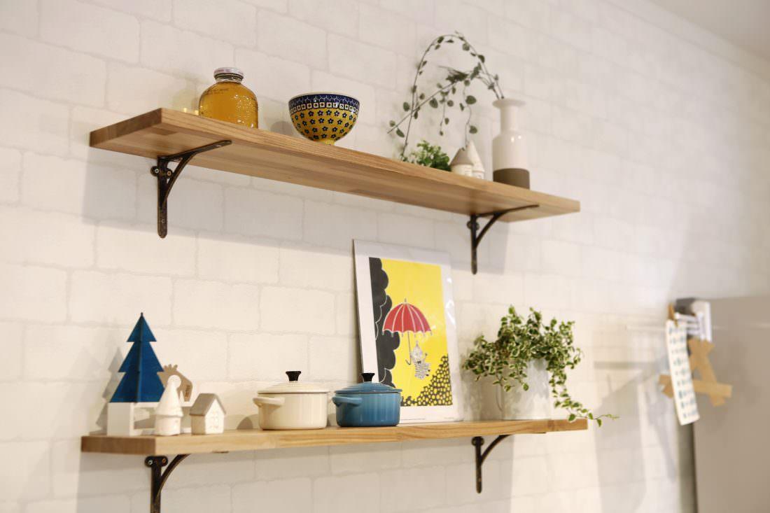 北欧雑貨を飾ったキッチンの棚