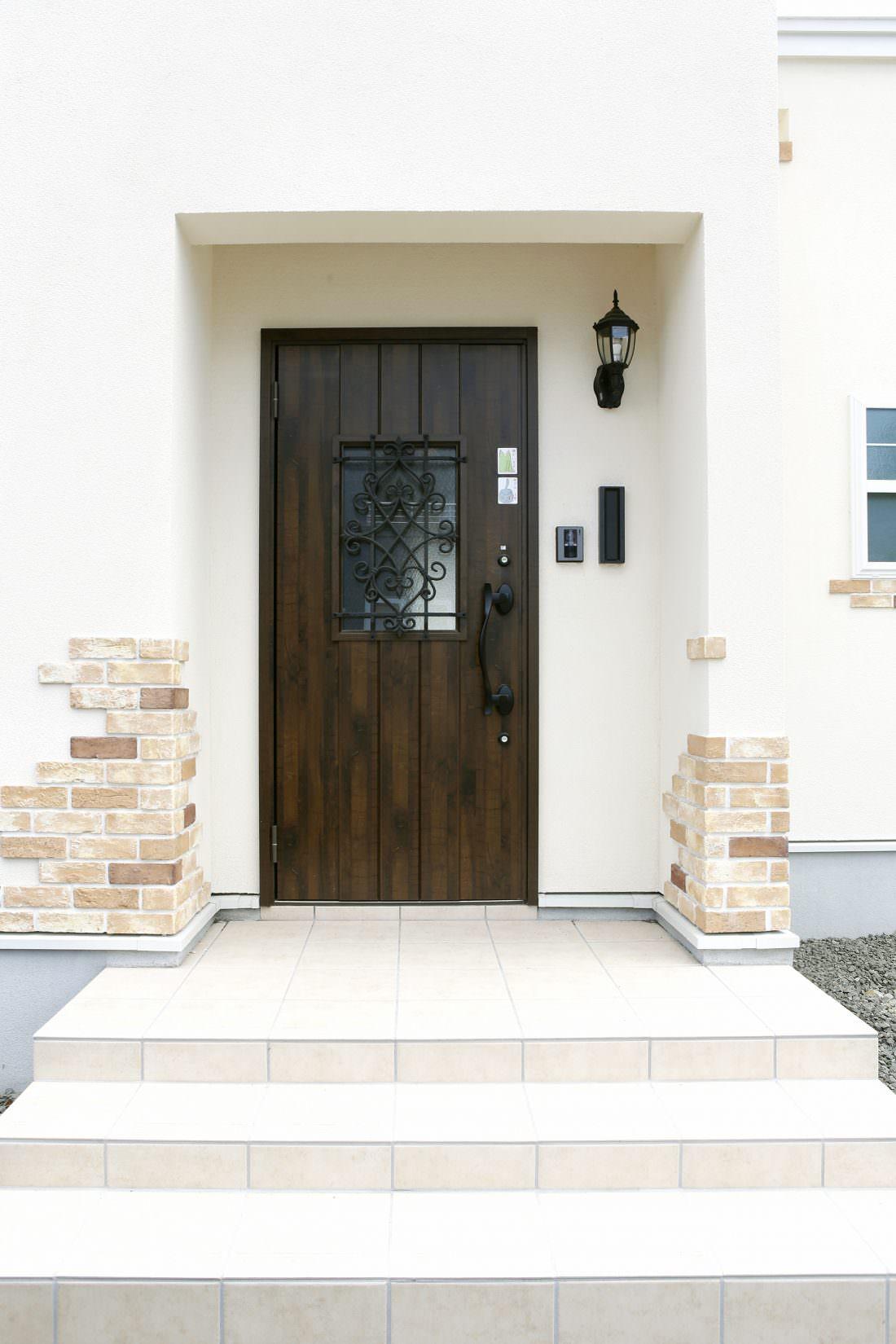 ブリックと合うダークブラウンの木目調玄関ドア