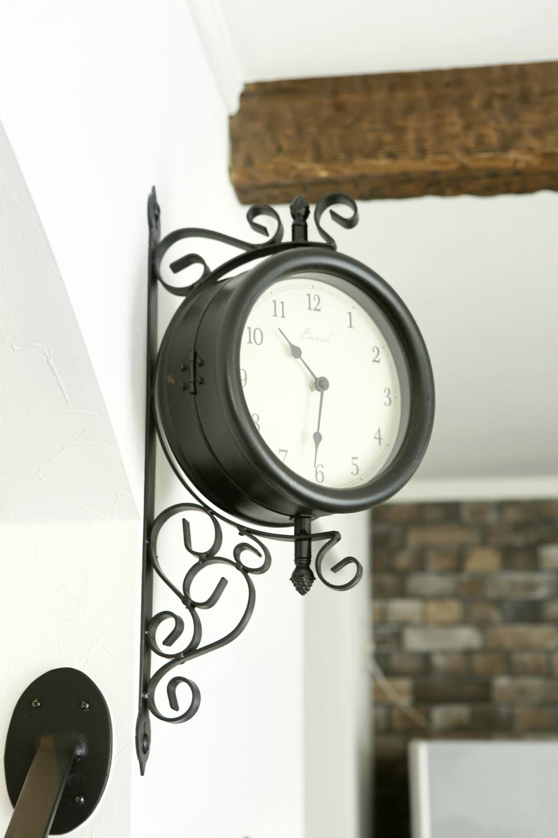 階段の開口部にアイアンの壁掛け時計