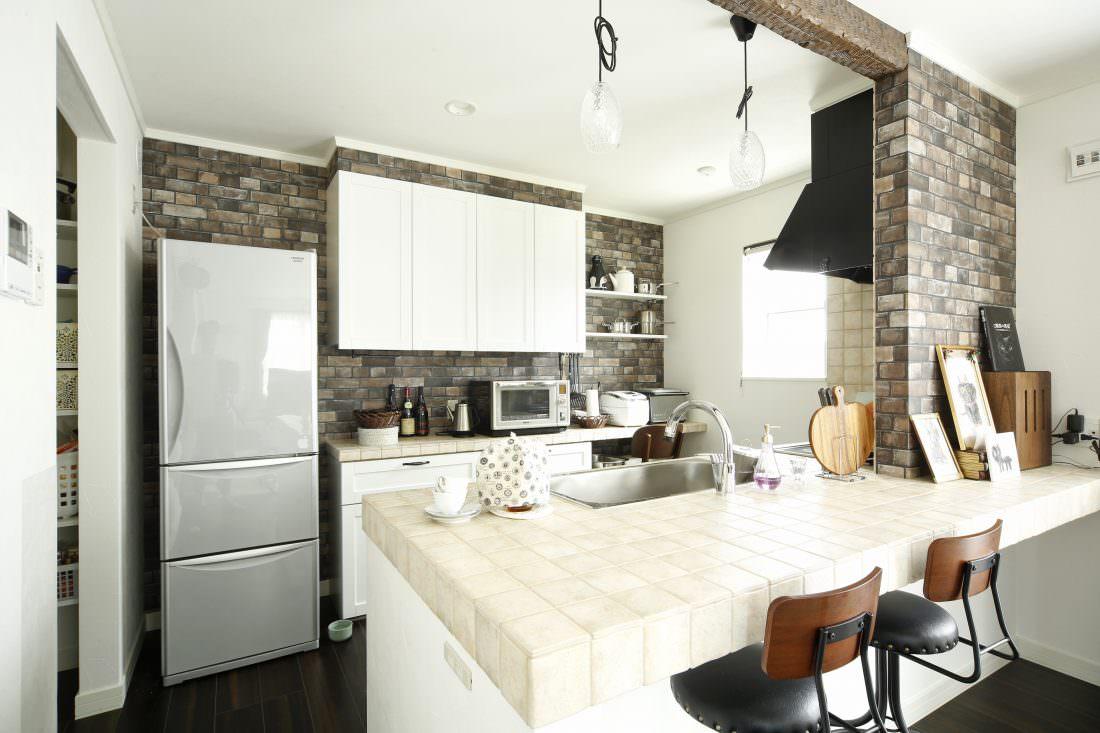 ブリック調の壁紙を一面に貼ったキッチン
