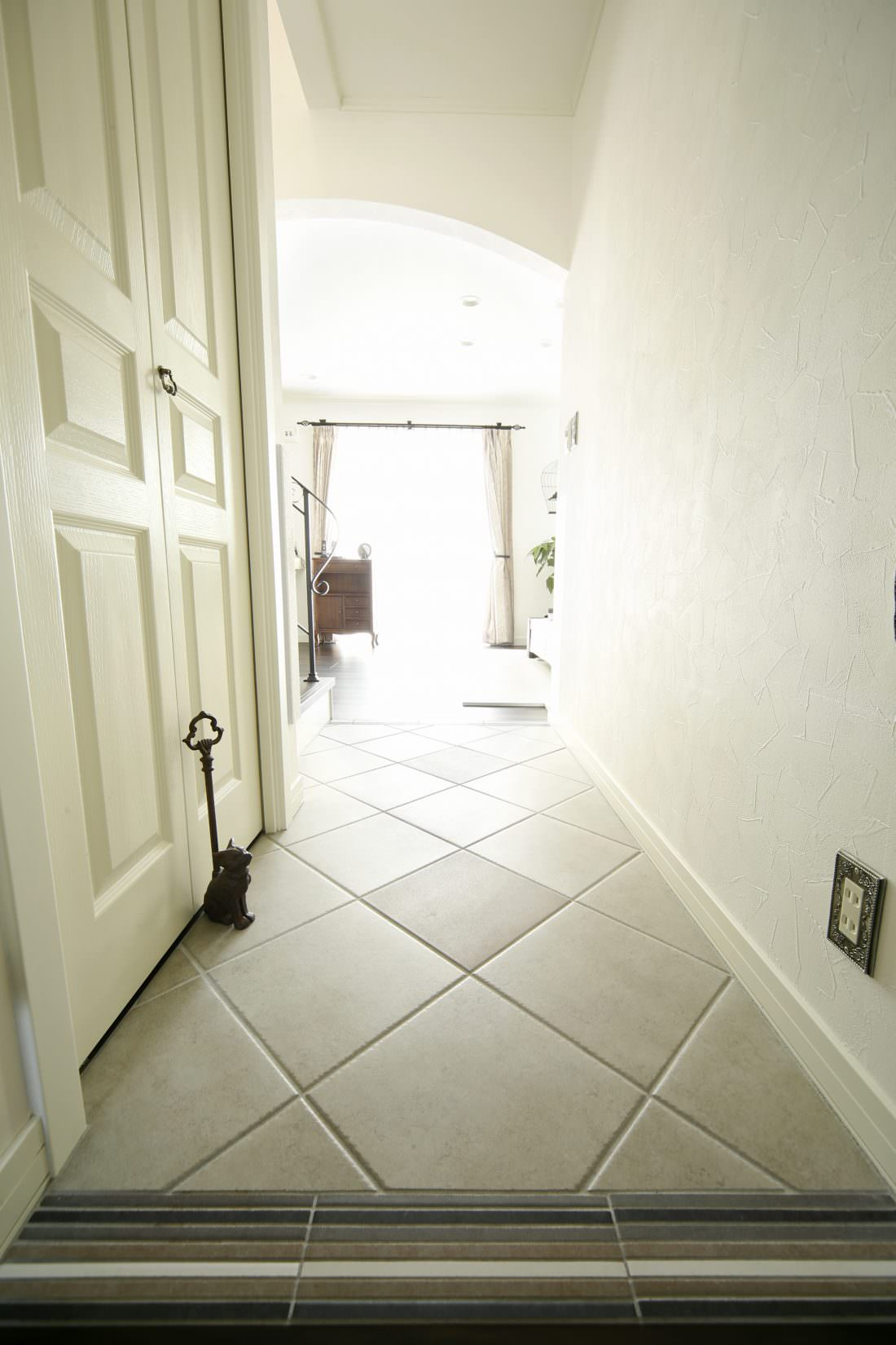 白いテラコッタタイルの床が印象的なホール