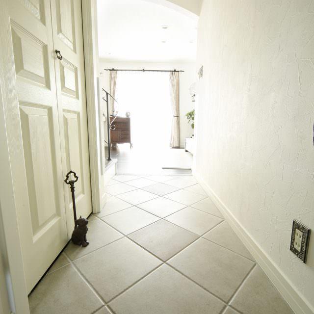 白いテラコッタタイルの床が印象的