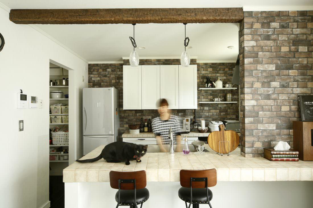 こげ茶のブリック調クロスと木の梁でブルックリンスタイルのキッチン