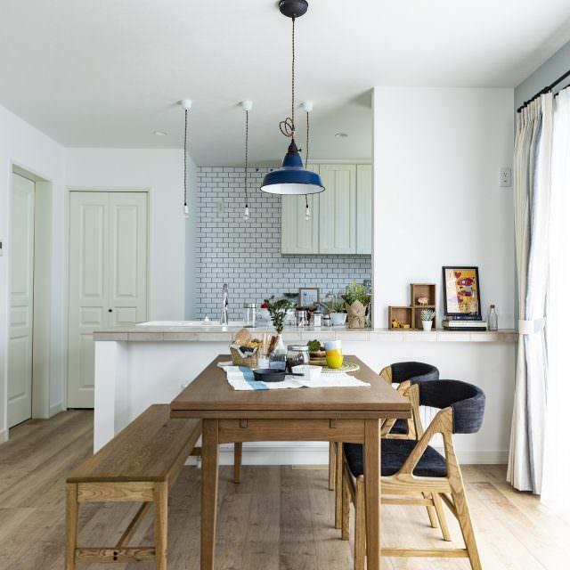 カンカン照明とタイル調の壁紙が調和するダイニングキッチン