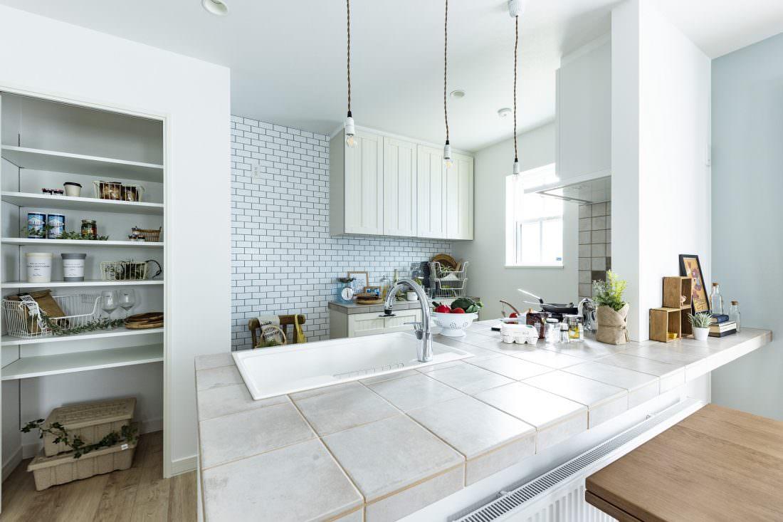 白を基調にしたタイルキッチン