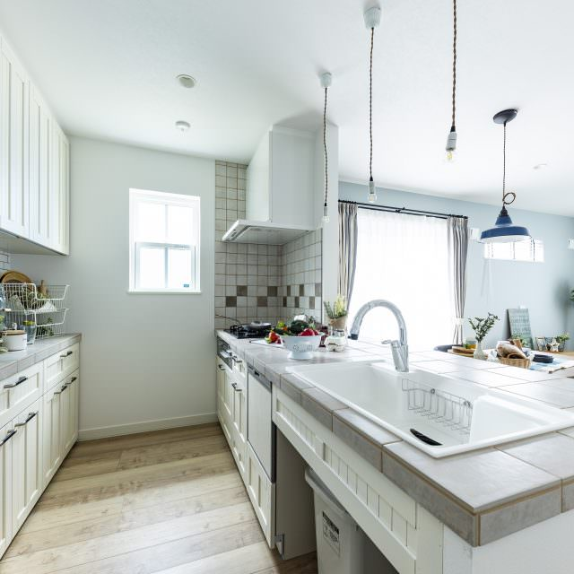 グレーのタイルと白い扉のさわやかな北欧デザインのキッチン