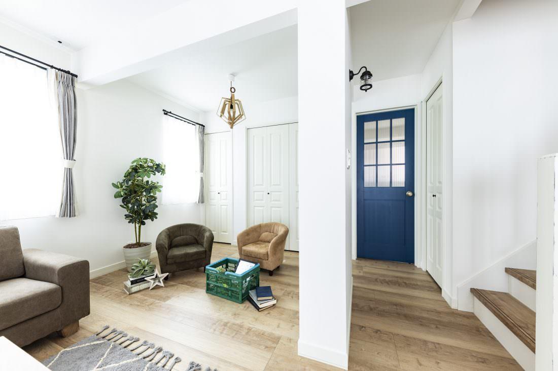 ブルーのガラスドアがおしゃれな北欧スタイルの家