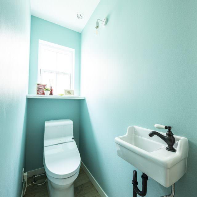 ティファニーブルーの壁紙でさわやかな印象のトイレ
