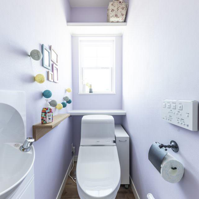 ラベンダーカラーがやさしい雰囲気のトイレ