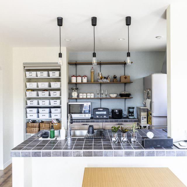シンデレラフィットな見せる収納技が光るタイル貼りキッチン