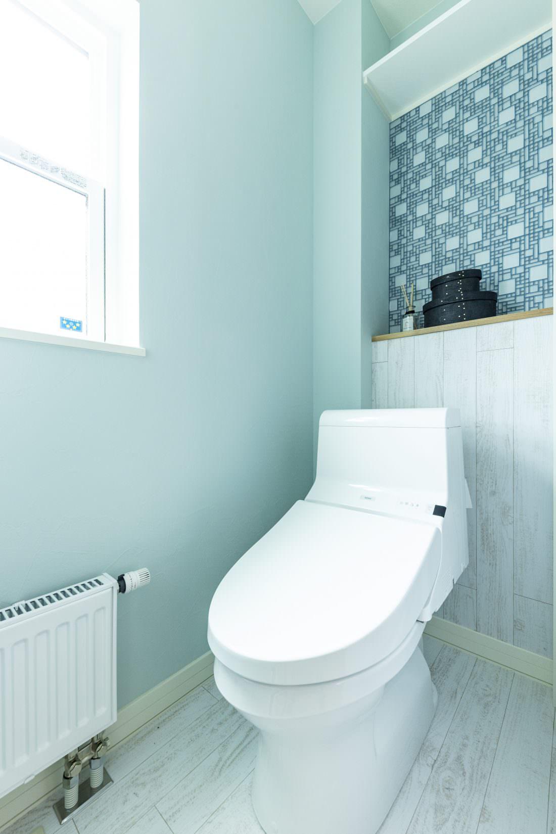 背面壁をタイルと木目のツートーンにしたおしゃれなトイレ