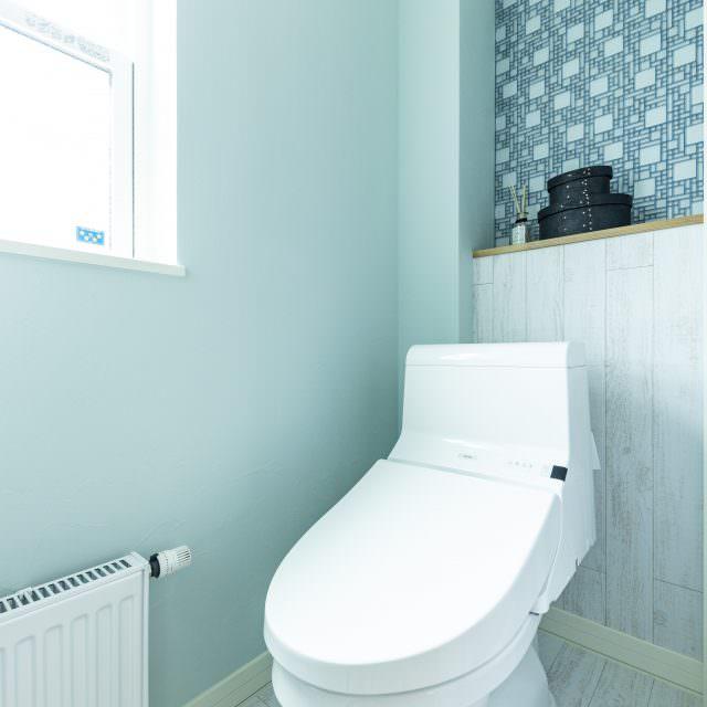 背面壁をタイルと木目のツートーンにしたおしゃれなトイレ。