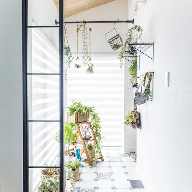 黒格子の窓とグリーンの組合せがおしゃれなインナーテラス風ボタニカルスペース