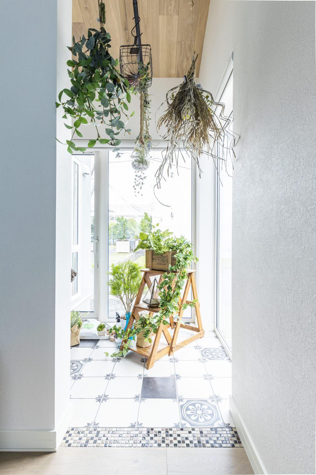スワッグを吊るしたグリーンと花のある暮らし