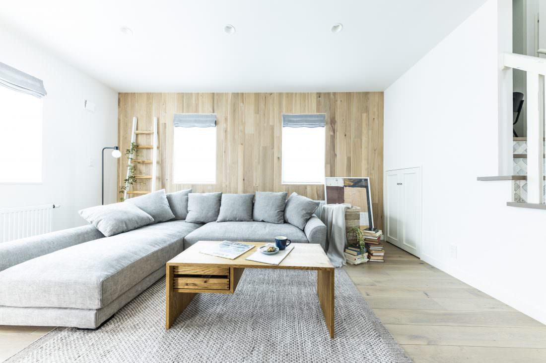 木パネリングの壁が印象的な北欧デザインリビング