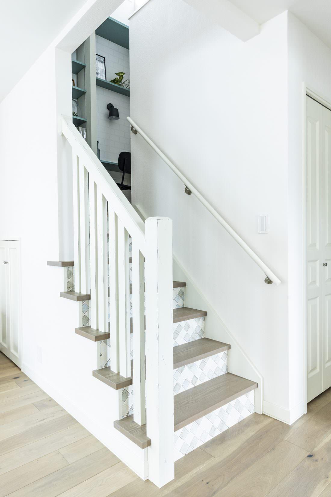 エイジング塗装でアンティークなイメージの階段スターティング
