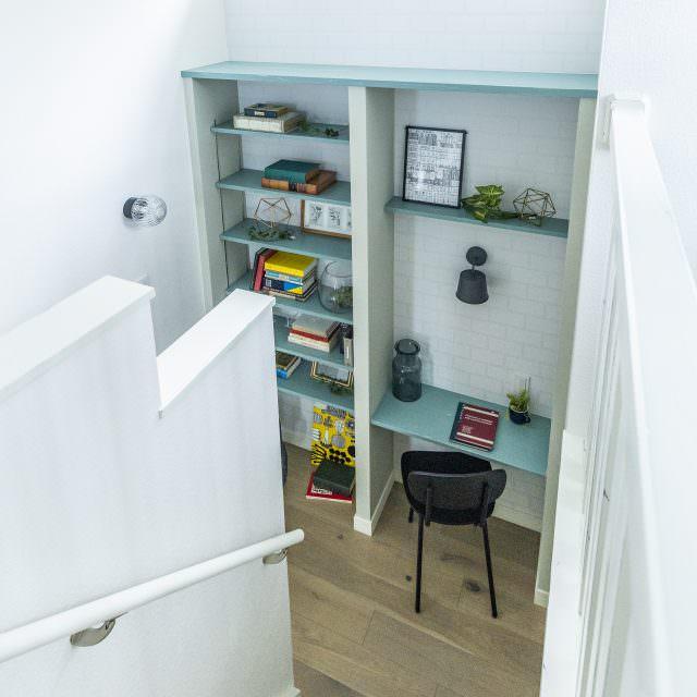 階段の踊り場を利用した書庫のようなライブラリスペース