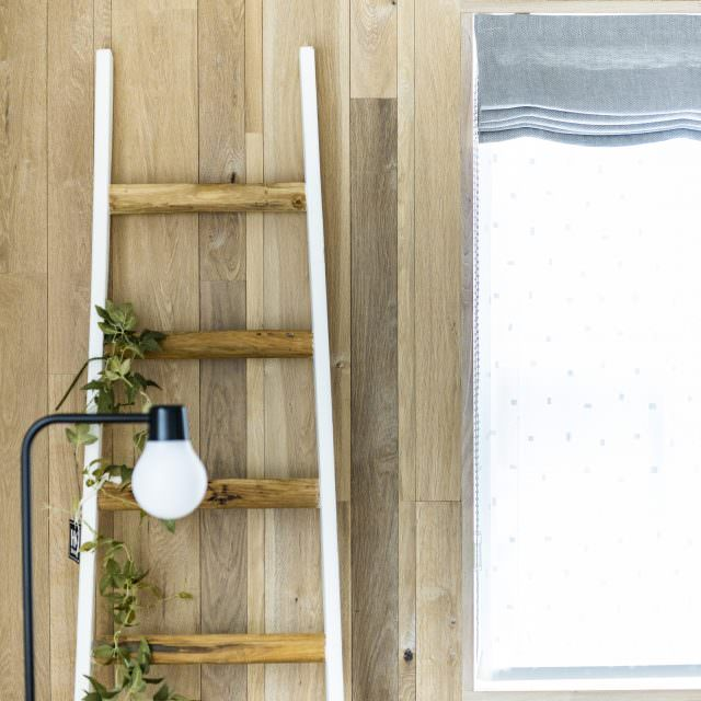 木のパネリングをした壁にラダーを配置してウォールアートに