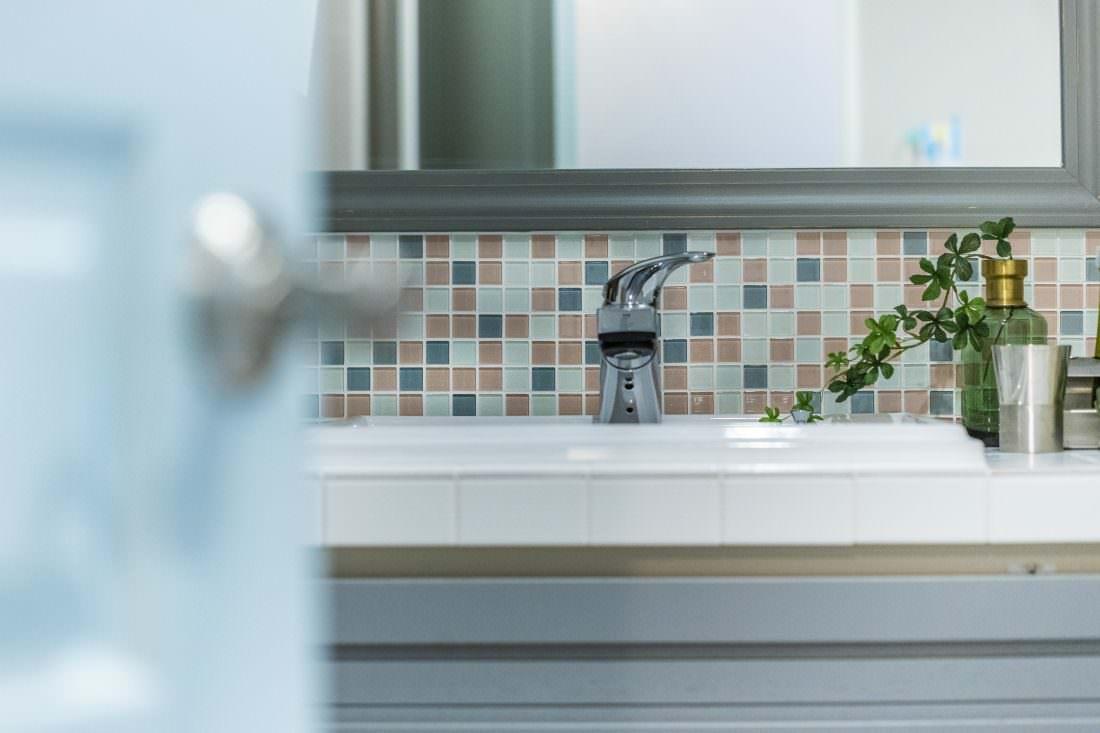 洗面バニティにはお気に入りのカラーに調合したモザイクタイルを