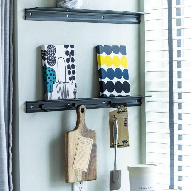 キッチン小物は吊り下げて収納する魅せる収納術