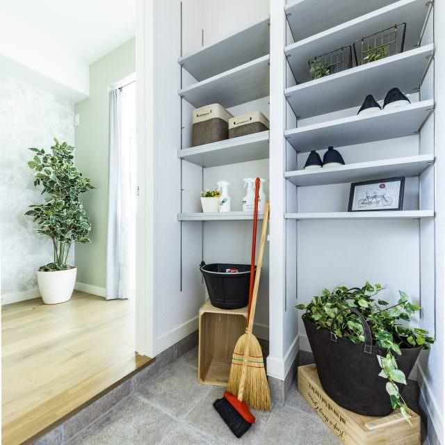 靴だけでなく掃除用具なども収納できる大容量シューズクローク