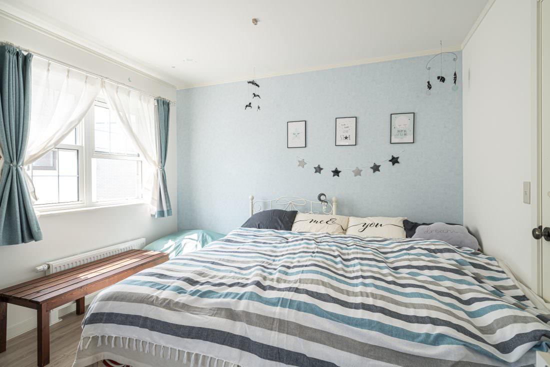 ブルーグレーのかわいい寝室