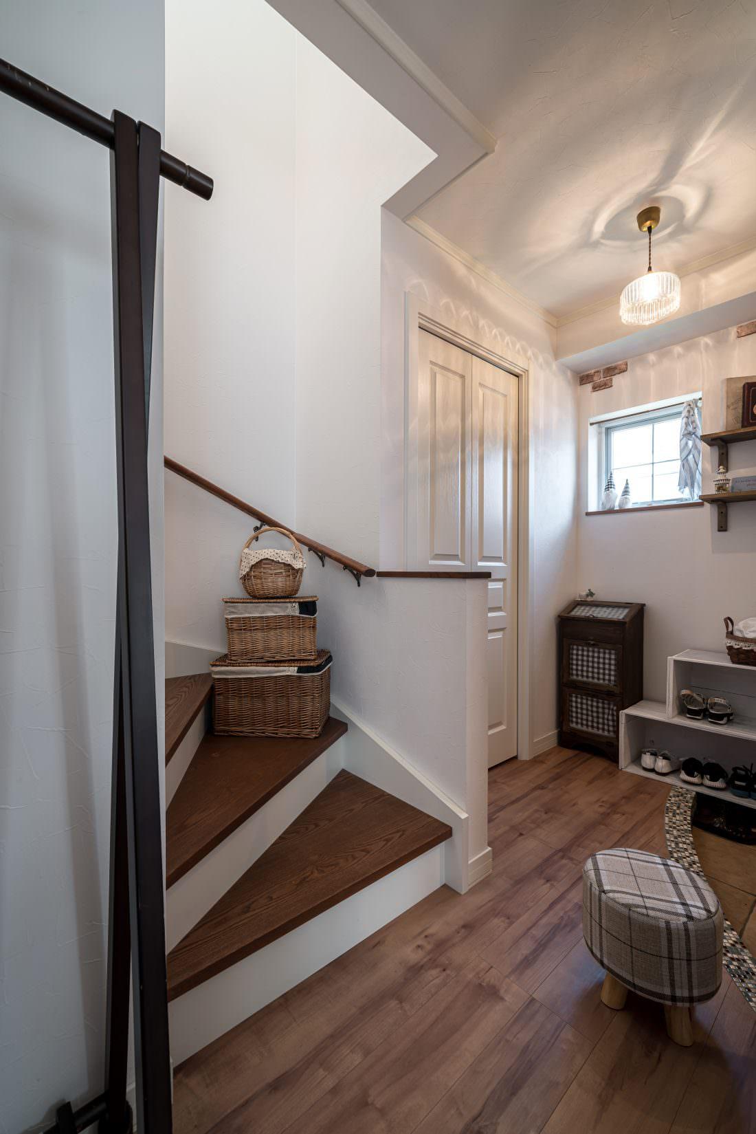 階段を利用したディスプレイがおしゃれな輸入住宅