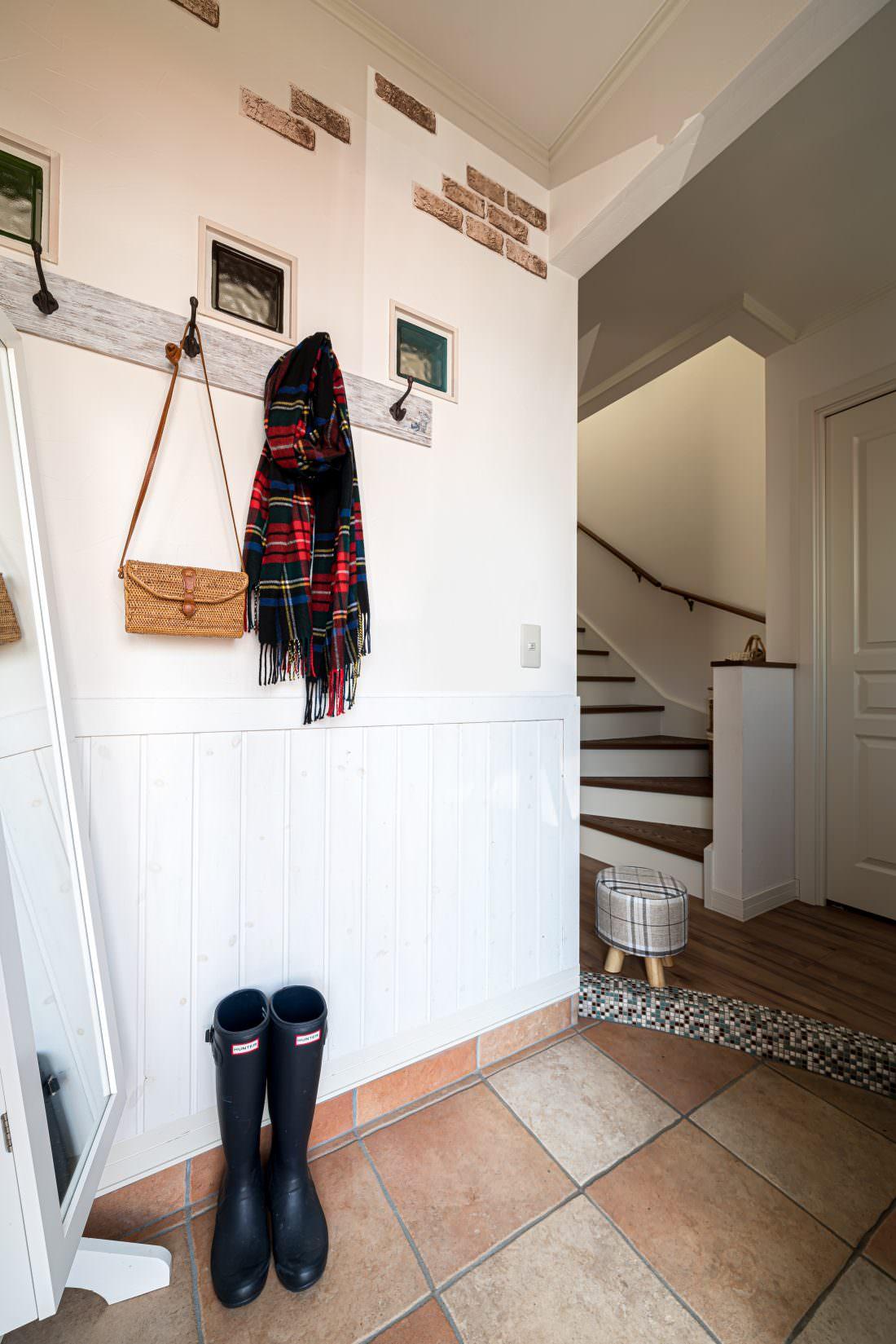 テラコッタタイルが印象的な玄関