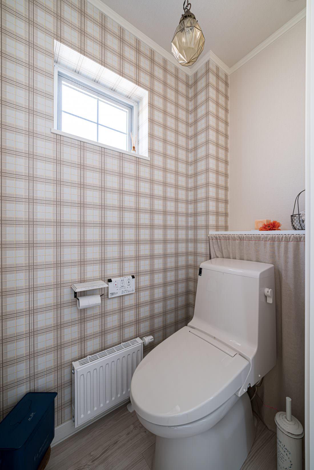 ギンガムチェックの壁紙がカワイイトイレ