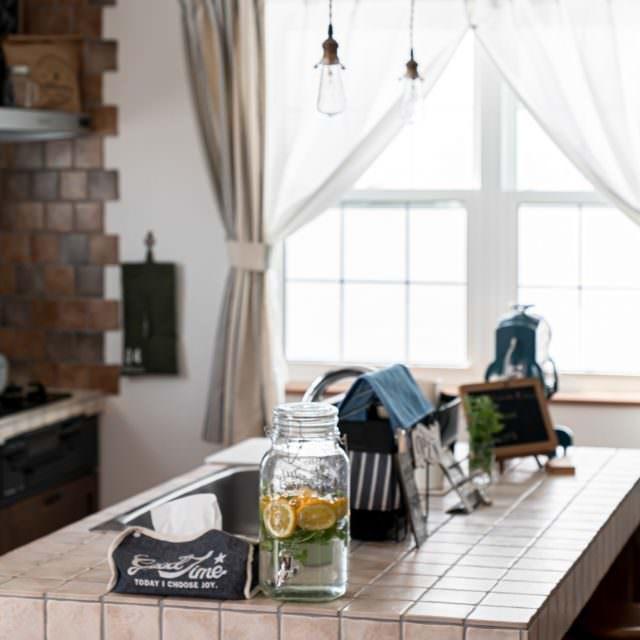 アンティークタイルのアイランドキッチン