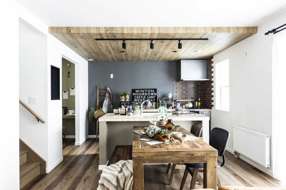 こげ茶の木目調フローリングやレンガ、タイルなど自然素材をふんだんに使ったカフェスタイルの家