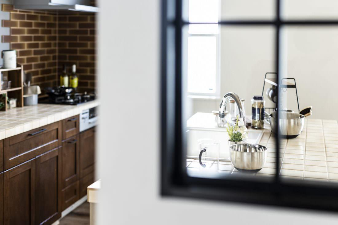 デザイン性が増す黒格子の室内窓